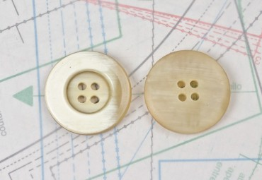 bouton en corne blonde, 4 trous