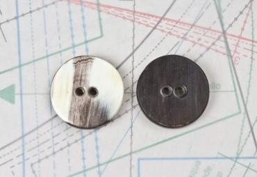 bouton en corne noire et blanche, 2 trous
