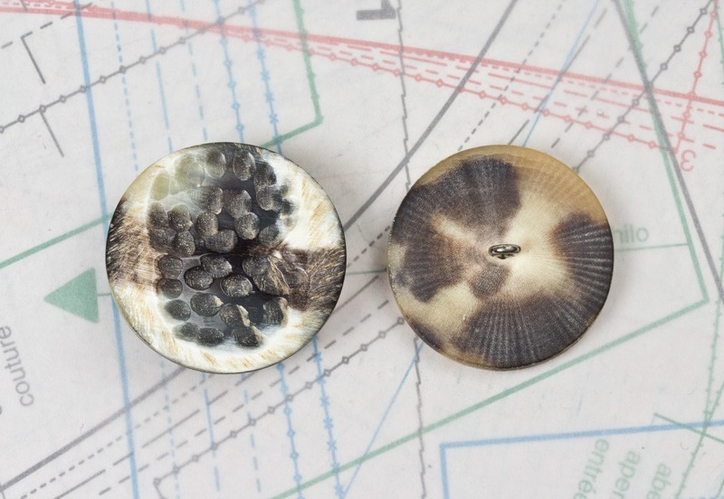 bouton en corne noire blanche, boucle insérée