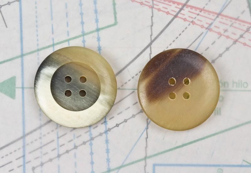 bouton en corne blanche blonde et marron, 4 trous