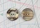 bouton en corne blonde et marron, 2 trous