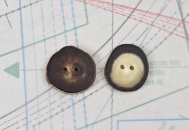 bouton en corne marron et blonde, 2 trous