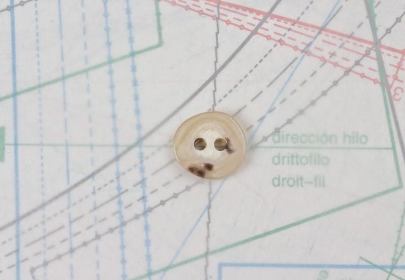 bouton en corne blonde, 2 trous