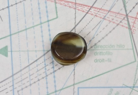 bouton en corne marron, boucle insérée