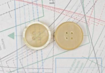 bouton en corne blonde et blanche, 4 trous
