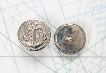 Bouton en métal argenté estampé boucle oméga